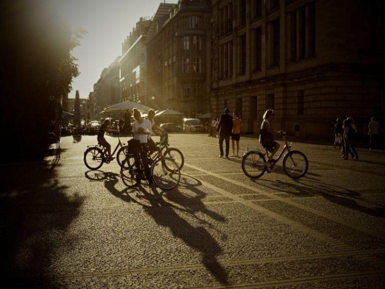 amistades nuevas en rutas con bicis de montaña alquila tu bici