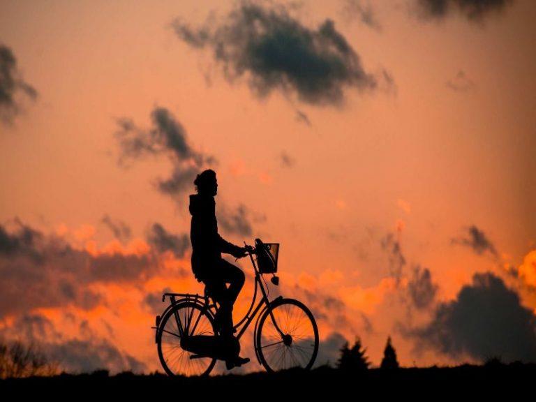 encantador paseo en bicicleta atardecer